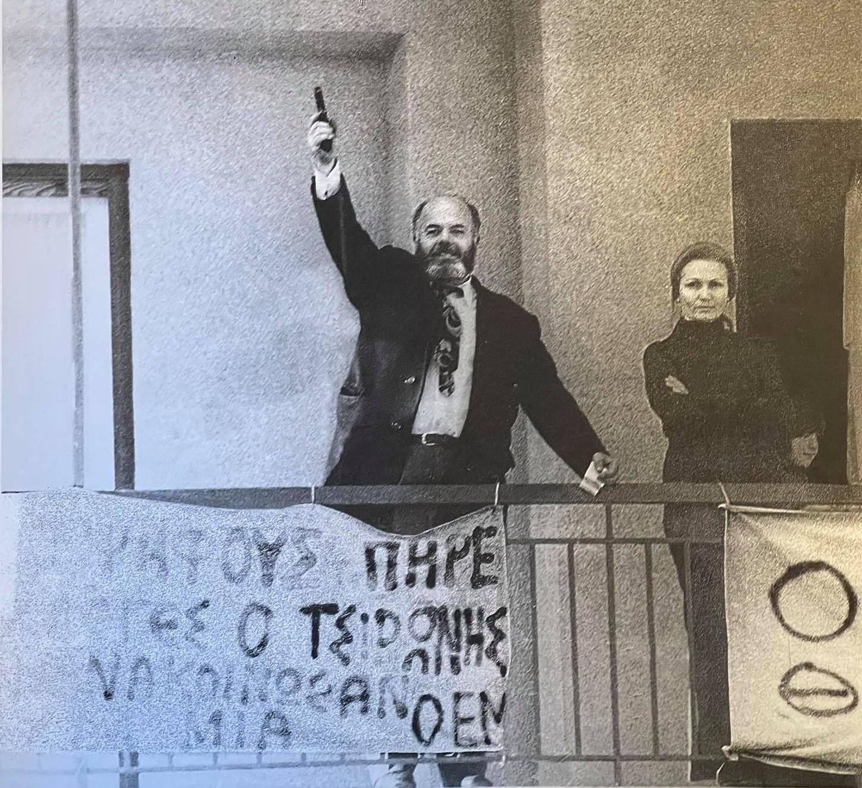 """Βασίλης Τσιρώνης. Ο γιατρός της εξορίας του Άη-Στράτη, που έκανε αεροπειρατεία, κήρυξε το σπίτι του """"ανεξάρτητο κράτος"""" και πέθανε κατά την αστυνομική επιχείρηση"""