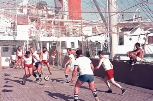 Η πλωτή κοινωνία του Σουέζ που δημιουργήθηκε όταν 15 πλοία εγκλωβίστηκαν για οκτώ χρόνια στη διώρυγα. Πώς επιβίωσαν και οργάνωσαν μέχρι και Ολυμπιακούς Αγώνες