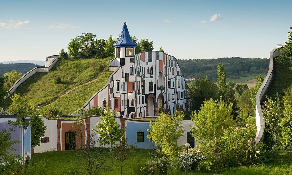 Τα υπέροχα σπίτια του Χουντερτβάσερ, που μισούσε τις ευθείες και το παραδοσιακό στυλ. Φύτευε δένδρα μέσα στα σπίτια και έκανε στέγες από γκαζόν. Δείτε τις δημιουργίες του
