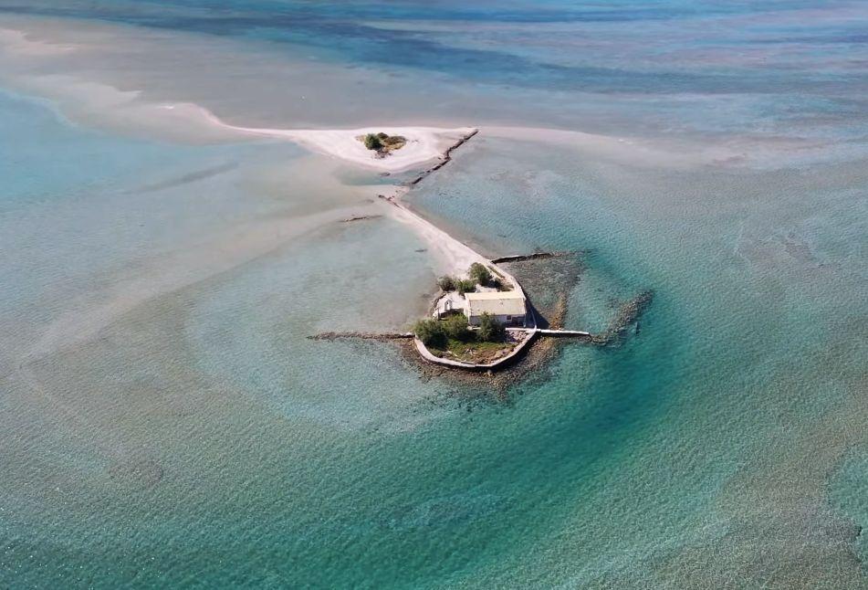 """Πτήση πάνω από το ακατοίκητο νησάκι, όπου ο Σικελιανός έγραψε τον """"Αλαφροΐσκιωτο"""". Ήταν το καταφύγιο του ποιητή όπου ζούσε σε μια σκηνή"""