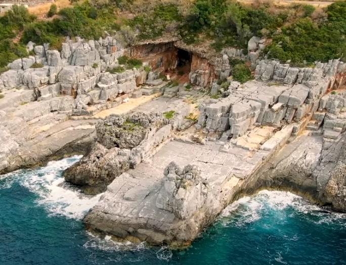 """Το αρχαίο ποτάμι που έβγαινε μέσα από σπηλιά και χυνόταν στη θάλασσα. Σήμερα το αποκαλούν """"Καταφύγι"""" και οι μυημένοι βουτούν από τις μαρμάρινες πλάκες (drone)"""