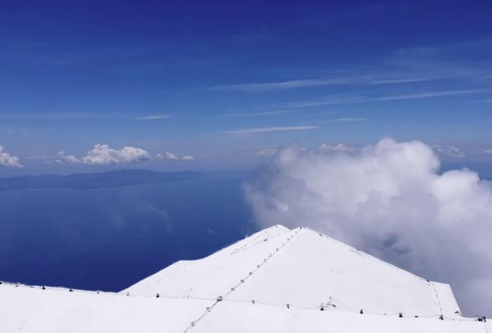 """""""Αγία Κορυφή"""". Εντυπωσιακά πλάνα από το ψηλότερο σημείο του Άγιου Όρους. Η δύσκολη ανάβαση στα 2.033 μέτρα και το ιστορικό εκκλησάκι που εποπτεύει όλη τη χερσόνησο"""