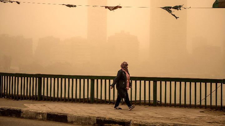 Αμμοθύελλα κάλυψε ολόκληρη πόλη στη νοτιοδυτική Κίνα. Σε ύψος τουλάχιστον 100 μέτρων υψώνονται τα σύννεφα σκόνης