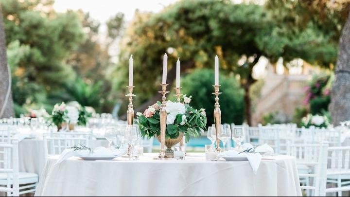 Μόνο καθήμενοι οι καλεσμένοι και στους γάμους. Υπό εξέταση το ενδεχόμενο να επιτρέπεται ο πρώτος χορός του ζευγαριού