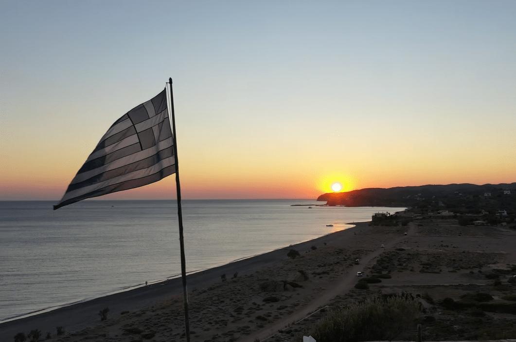Η μεγαλύτερη παραλία της Χίου που φημίζεται για το ηλιοβασίλεμά της. Δείτε από ψηλά τον εντυπωσιακό Μάναγρο