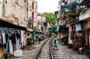 Η καθημερινή διέλευση τρένων μέσα από πολυσύχναστη γειτονιά. Έγινε πόλος έλξης τουριστών και ακόμη πιο επικίνδυνη