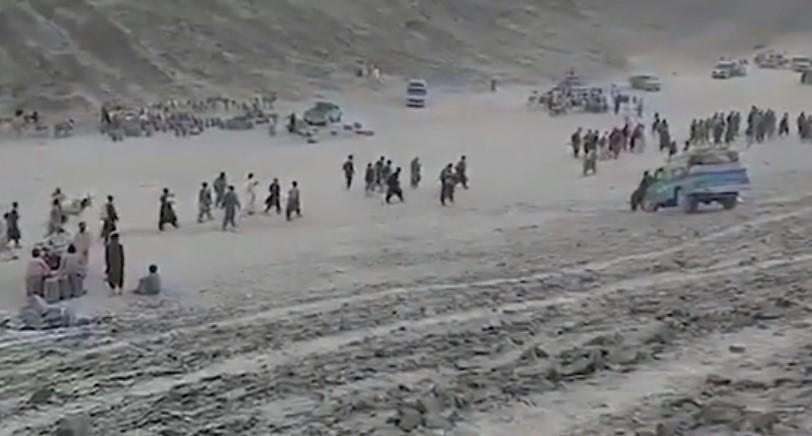 Αφγανιστάν. Σκηνές από τη Βίβλο με Αφγανούς πρόσφυγες να διασχίζουν την έρημο σαν ανθρώπινο ποτάμι προς τη Δύση