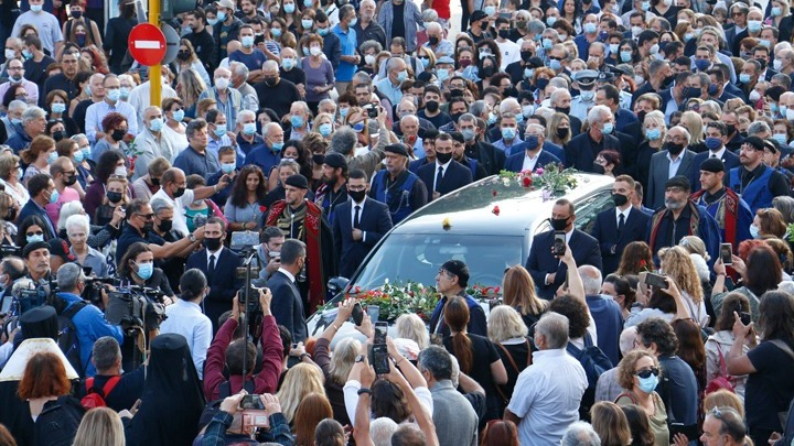 Στην Κρήτη η σορός του Μίκη Θεοδωράκη. Σε κλίμα συγκίνησης το λαϊκό προσκύνημα στη Μητρόπολη Χανίων