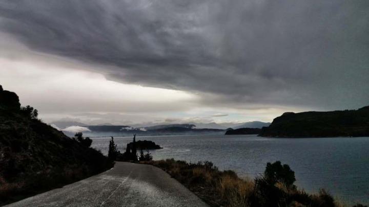 Βροχές στην Αττική και πτώση της θερμοκρασίας φέρνει «ψυχρό» μέτωπο. Έντονα φαινόμενα και στην υπόλοιπη χώρα