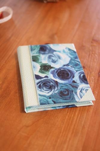 ブルーのバラの生地のメモ帳カバー
