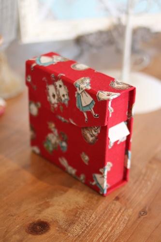 アリス柄の水貼りテープケース