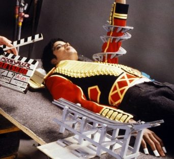Behind-the-Scenes-of-Leave-Me-Alone-michael-jackson-19078543-676-620