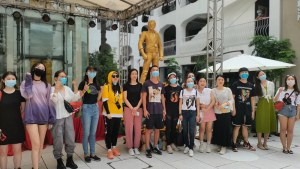 Chinese Fans Erect Statues