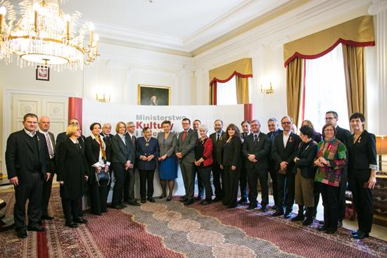 Minister Kultury i Dziedzictwa Narodowego Małgorzata Omilanowska wraz z odnzaczonymi. fot. Danuta Matloch