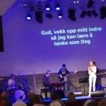 ungdom ledet i lovsang
