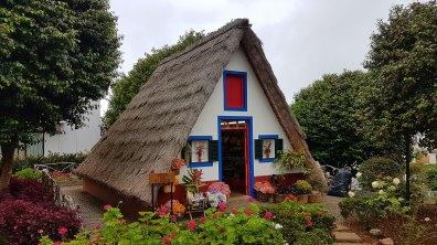 """Une """"casa tipica"""" de Santana, au toit de chaume"""