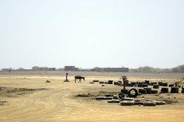 """Vision Africaine, d'une """"route"""" de terre menant à Buracona"""