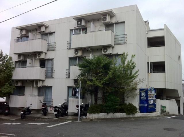 外壁塗装前の古い印象の3階建てアパート