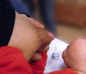 Ryc. 2. Chwyt kanapki – pierś jest spłaszczona dłonią w kierunku równoległym do ust dziecka. Za: Nehring-Gugulska M., Żukowska-Rubik M., Pietkiewicz A. (red.): Karmienie piersią w teorii i praktyce, jw.