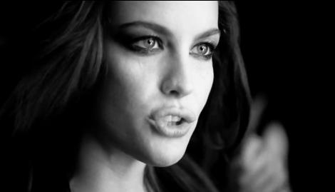Liv-Tyler-interprete-Need-You-Tonight-pour-le-nouveau-parfum-Very-Irresistible-Electric-Rose-de-Givenchy_portrait_w674