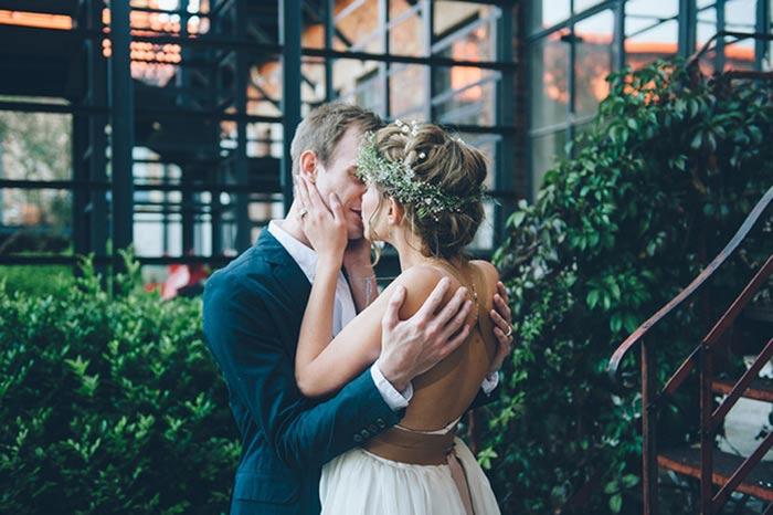 Une touche de cuir sur sa robe de mariée