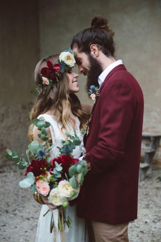 le marié porte une veste rouge