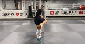 UFC: Stephen Thompson almost kicks a kid during a hook kick demonstration - Thompson