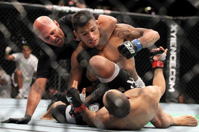 Ce se întâmplă când luptătorii de MMA atacă arbitri? (VIDEO)
