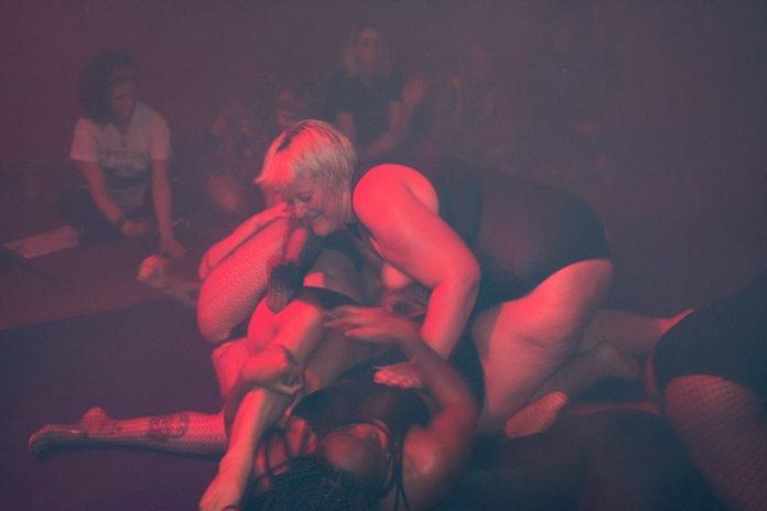 Feminist Fight Club - locul unde lesbienele se întâlnesc pentru a-și descărca nervii (VIDEO)