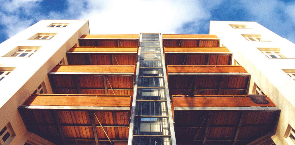 Sanierung und Umbau eines Wohnhauses in Berlin-Mitte, Ansicht Balkone und Fahrstuhl