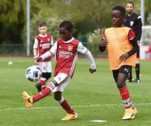 Munir Sada signs for Arsenal 3