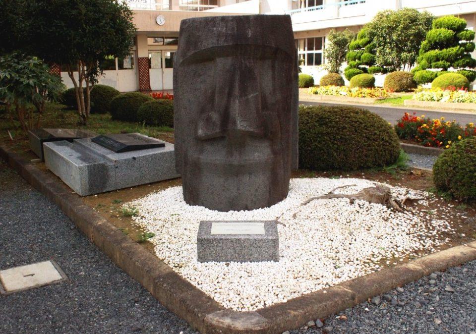 志津川高等学校に展示中のモアイ像