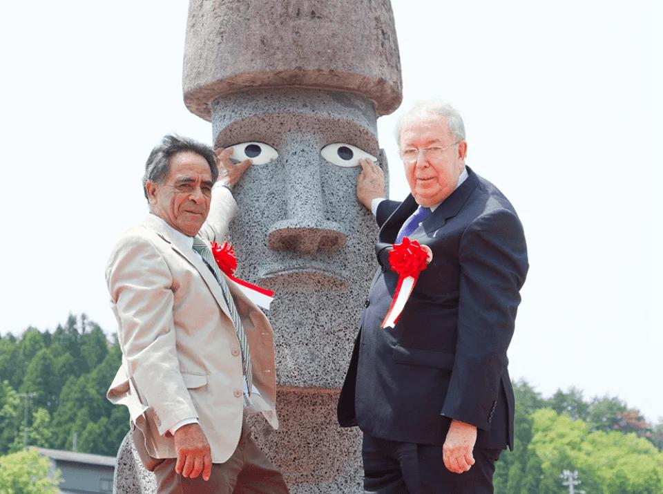 モアイ彫刻家とモアイ像