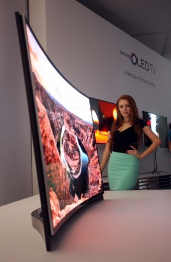 Curved_OLED_TV Model_Photo_5 5