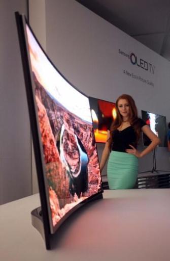 Curved_OLED_TV Model_Photo_5 5
