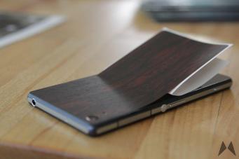 Anbringung eines Mahagony Skin von dBrand auf einem Xperia Z2