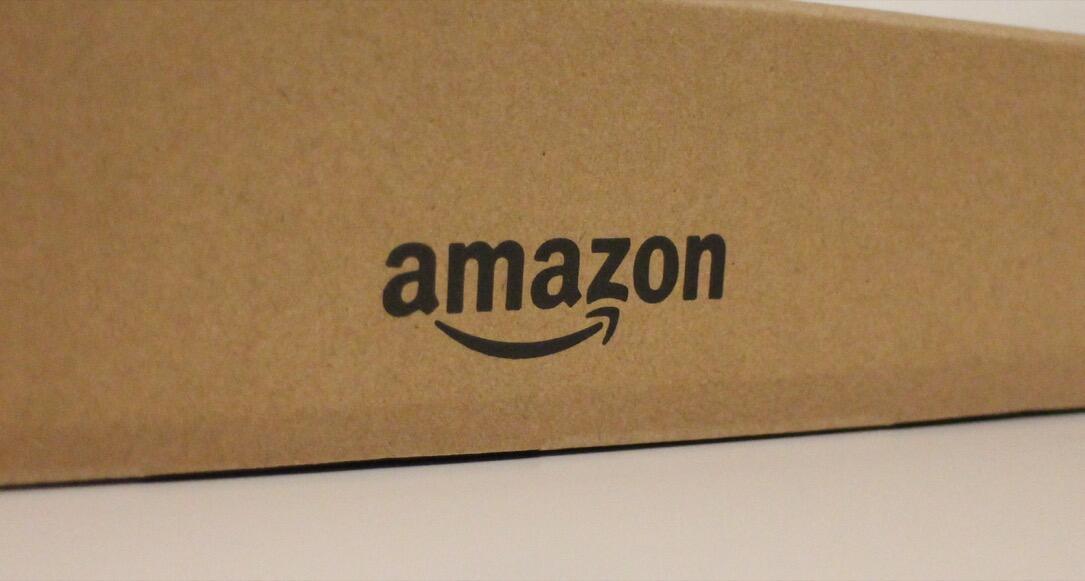 Amazon Logo auf Karton