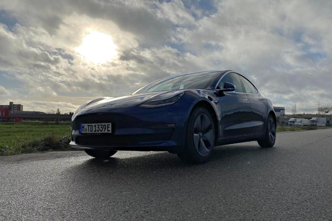 Tesla Model 3 Blau Header