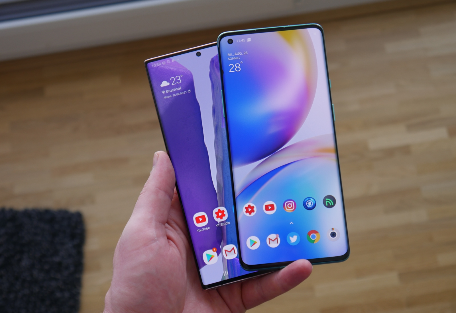 Samsung Galaxy Note 20 Ultra Oneplus 8 Pro Hand Front