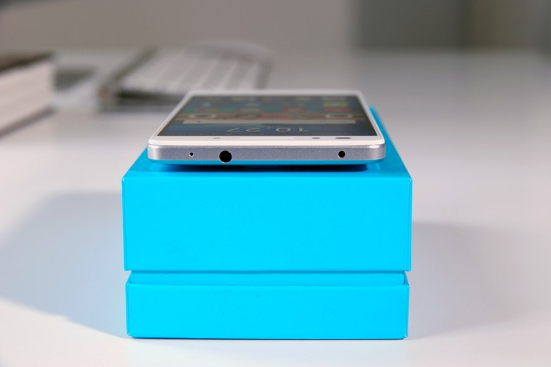 Huawei Honor 7, 3,5 millimetrin liitin.