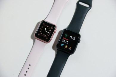 Space Gray 42 mm ja Rose Gold 38 mm Apple Watch -versiot