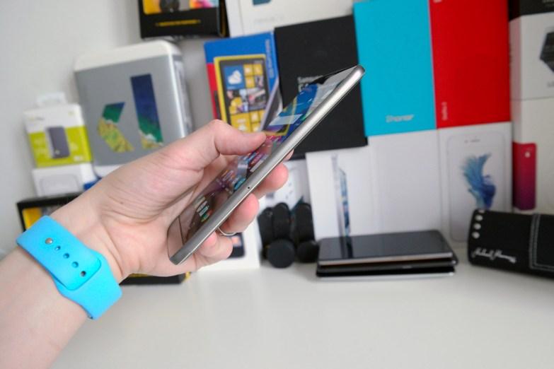 LG G5 kädessä, sivusta