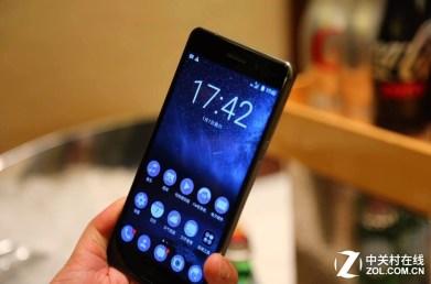 Nokia 6, kädessä