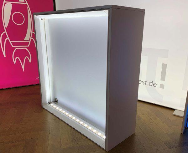 LED Beleuchtung der mobile Messetheke von eest!