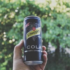 Anzeige: Schweppes Cola - Das schwarze Schaf der Familie im Test