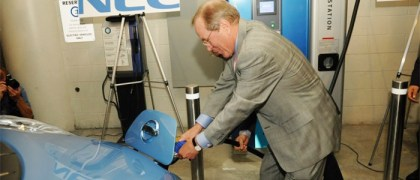 Oregon Governor Ted Kulongoski plugs in the all-electric Nissan LEAF to the nation's first publicly available quick-charge station at Portland General Electric headquarters in Portland, Oregon. (Photo: Business Wire)