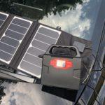 Kraftig strømbank med sammenleggbart solcellepanel