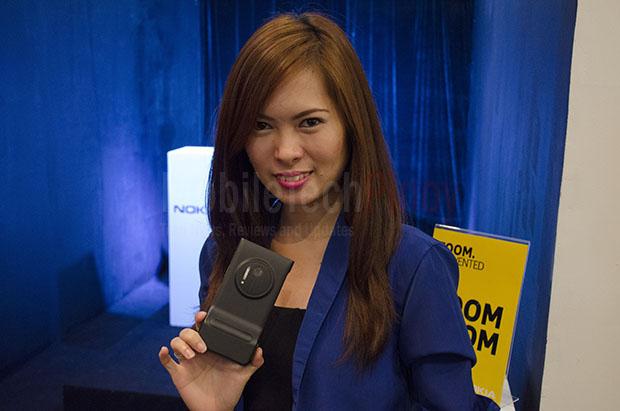 Model With Nokia Lumia 1020 2