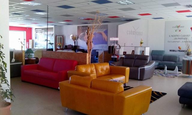 mobili-franco-filo-rosso-divani-02