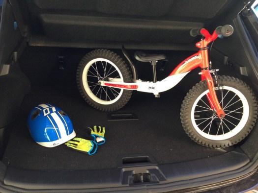 Le coffre du QASHQAI et un vélo enfant